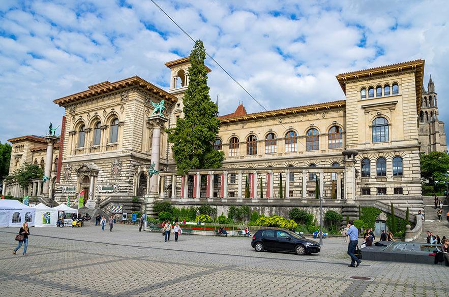 Place-de-la-Riponne-Lausanne